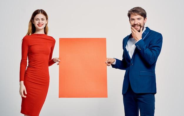 Homme et femme avec coquelicot à la main