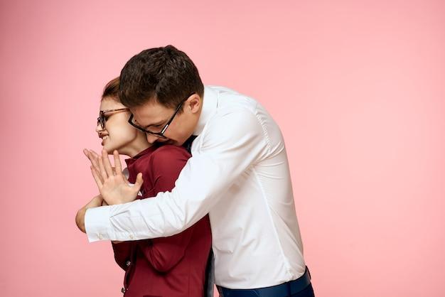 Homme et femme en costume d'affaires posant, espace colorimétrique.