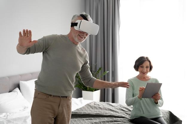 Homme et femme de coup moyen avec des appareils