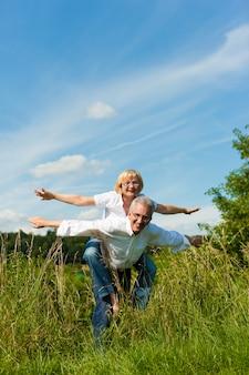 Homme et femme, couple de personnes âgées, se promener en été ou à l'extérieur dans le vignoble