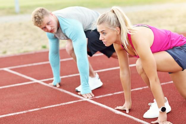 Homme Et Femme Course Sur Piste Extérieure Photo Premium
