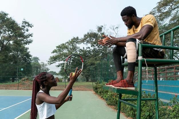 Homme et femme sur un court de tennis