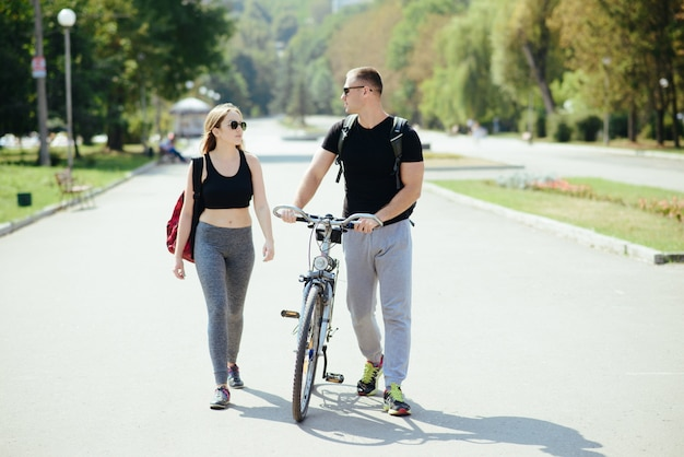 Homme et femme dans le parc