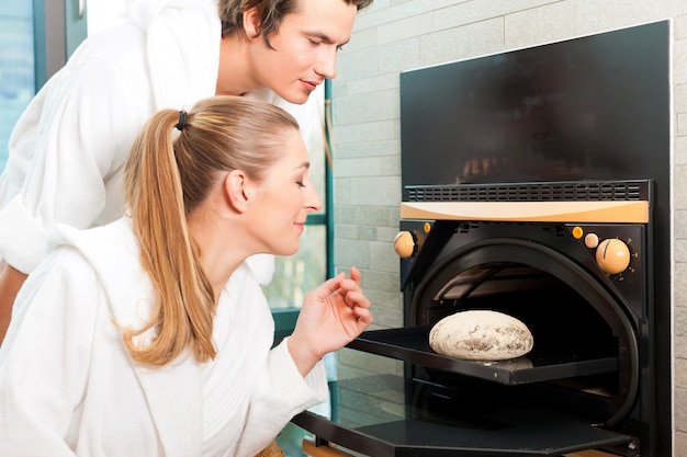 Homme et femme dans un sauna à pain