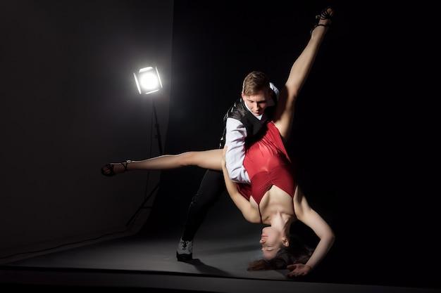 Homme et femme dans le tango de danse le plus romantique