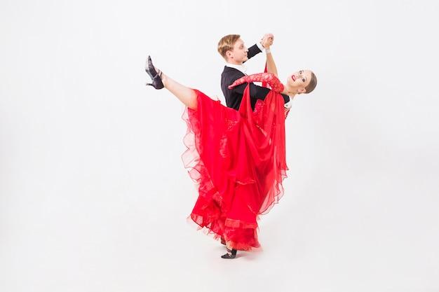Homme et femme dansant des danses de salon