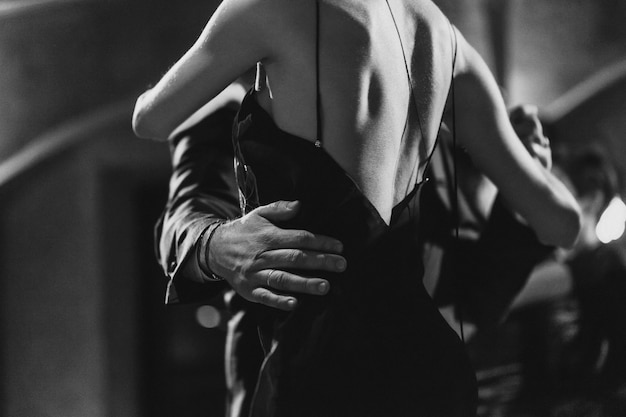 Homme et femme dansant le tango