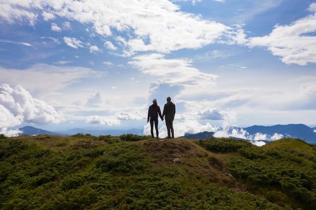 L'homme et la femme debout sur la belle montagne