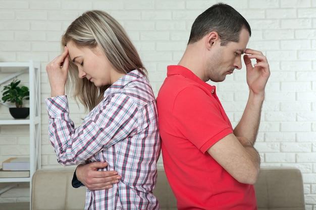 Homme et femme debout dos à dos après une querelle. concept d'isolement