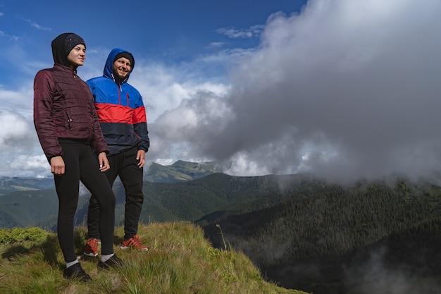 L'homme et la femme debout sur une montagne avec une belle vue