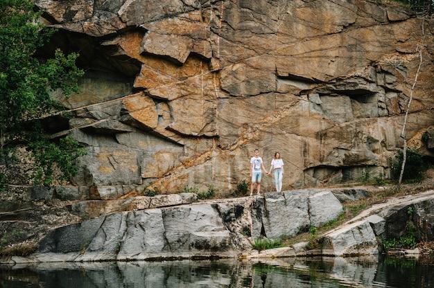 Homme et femme debout et regardant la caméra