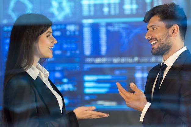 L'homme et la femme discutent sur le fond d'écran virtuel