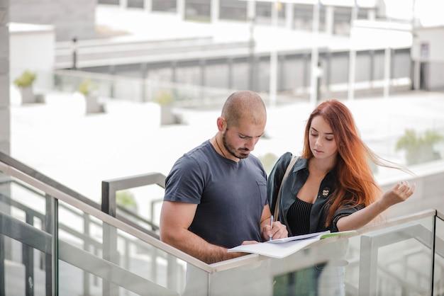 Homme et femme avec des docs ensemble