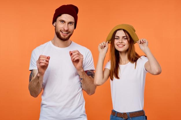 Homme et femme drôles en t-shirts vêtements pour jeunes fond orange
