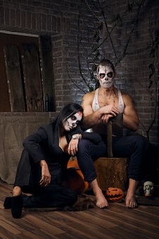 Homme et femme avec du maquillage de crâne de sucre. art de la peinture faciale.