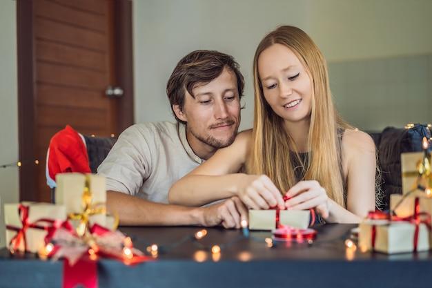 Homme et femme emballant des cadeaux