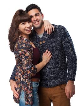 L'homme et la femme embrassant et souriant