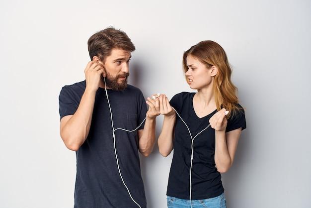 L'homme et la femme embrassent l'amitié de communication posant le fond clair
