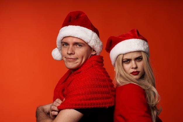 Homme et femme ensemble vacances romance nouvel an amusant fond rouge