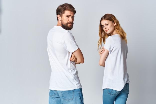 Homme et femme étreignant dans la vue arrière de la maquette de t-shirts blancs