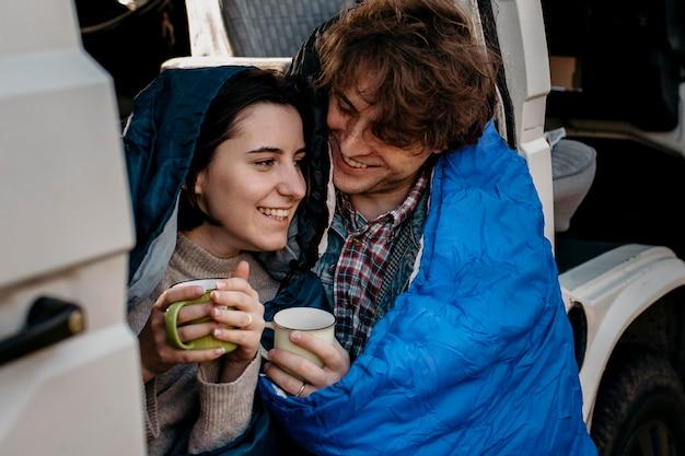 Homme et femme étreignant pendant le voyage sur la route