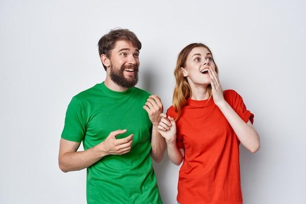 L'homme et la femme étreignent l'amitié t-shirts colorés style de vie de studio de famille