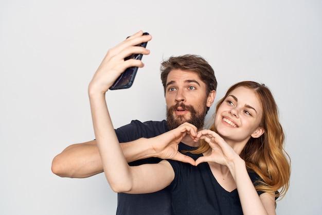 Homme et femme étreinte communication amitié posant fond isolé