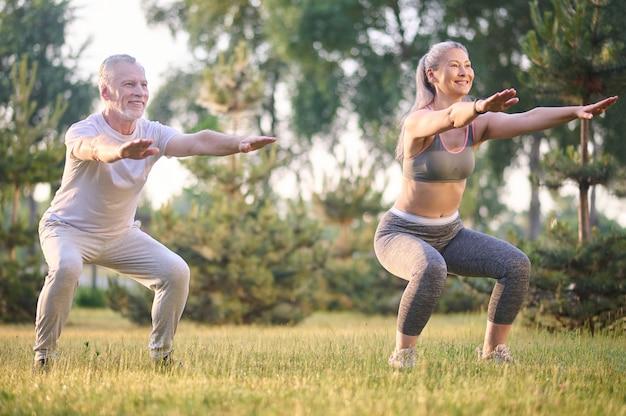 Un homme et une femme faisant de l'exercice dans le parc