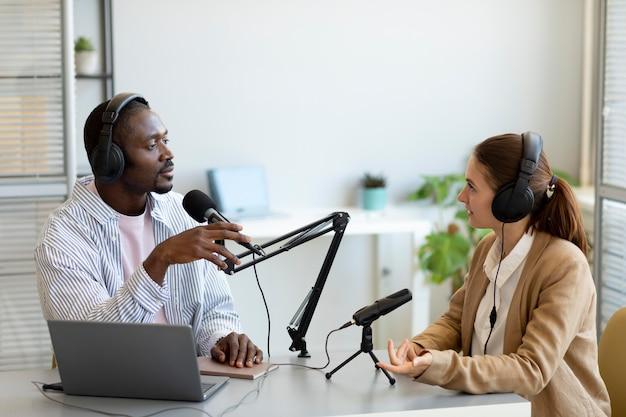 Homme et femme faisant un podcast