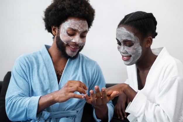 Homme et femme faisant un traitement de beauté à la maison