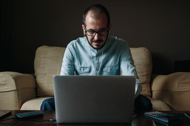 Homme femme faisant une vidéoconférence avec un client à la maison. télétravail et concept de travail à distance