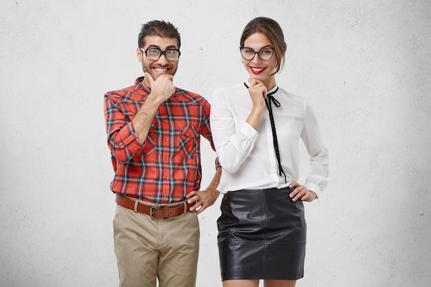Homme et femme habillés formellement