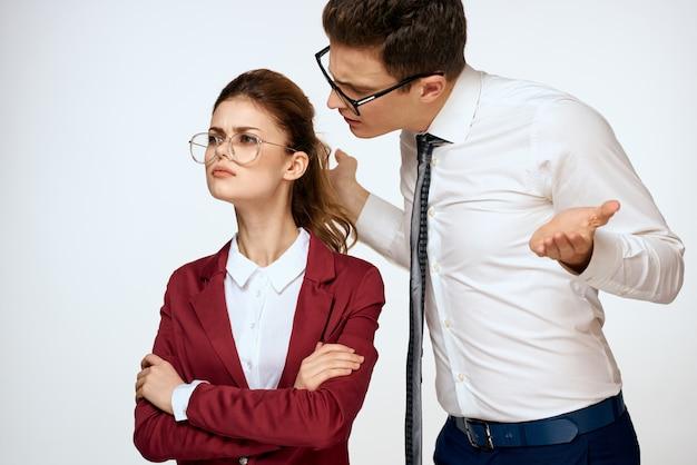 Homme et femme, harcèlement au travail, relations au travail, patron et subordonné