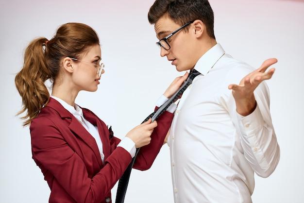 Homme et femme, harcèlement au travail, relations sexuelles au travail, patron et subordonné