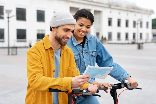 Homme et femme lisant la carte coup moyen
