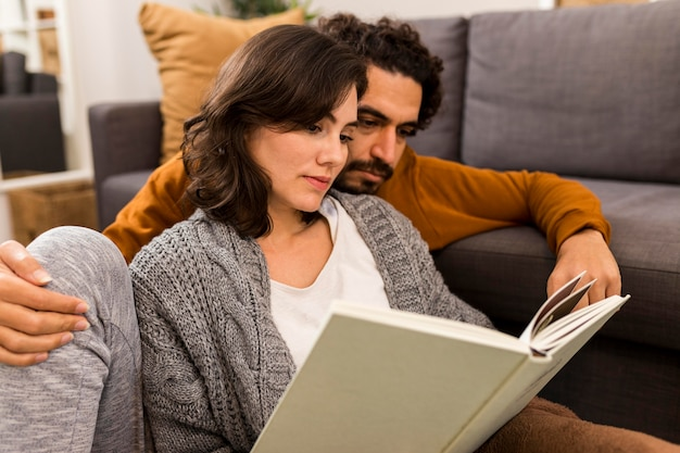 Homme et femme lisant ensemble