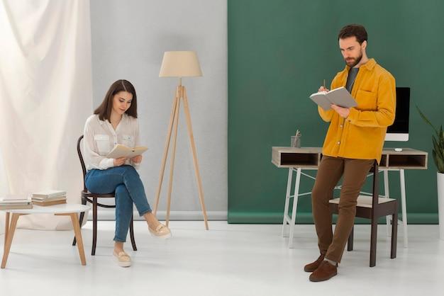 Homme et femme lisant des livres