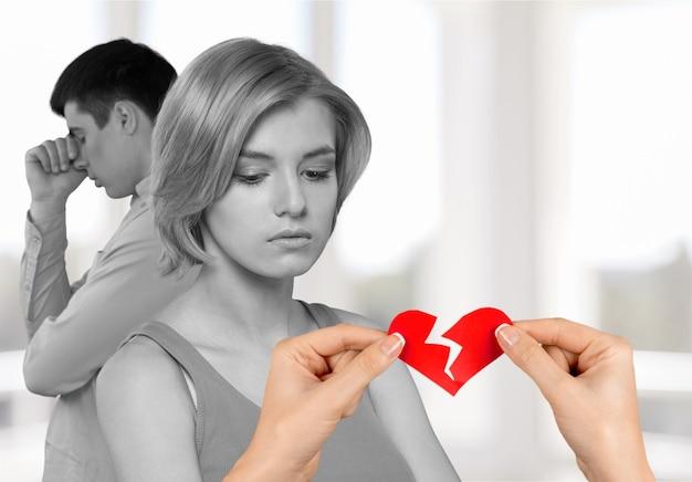 Homme femme mains tenant coeur brisé