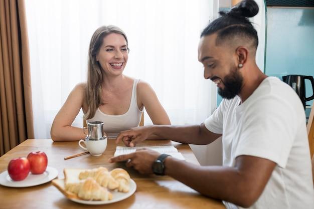 Homme et femme mangeant ensemble pendant la désintoxication numérique