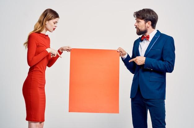 Homme et femme maquette rouge affiche publicitaire vente espace café. photo de haute qualité