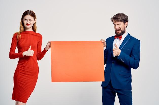 Homme et femme maquette rouge affiche publicitaire vente espace café