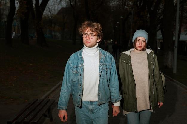 Homme et femme marchant dans la ville