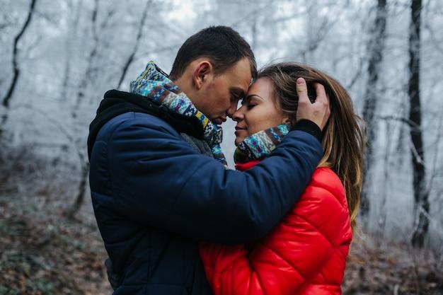 Homme et femme marchant ensemble sur le parc d'hiver