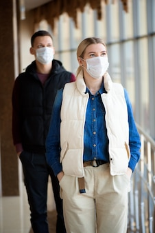 Homme et femme avec masque médical à l'aéroport