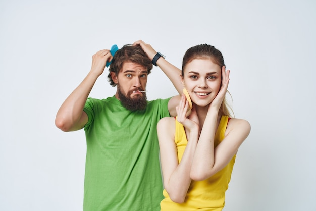 Homme et femme matin dans les soins du visage d'hygiène de salle de bain. photo de haute qualité