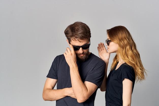 Homme et femme à la mode socialisant ensemble posant le style de vie de studio de mode