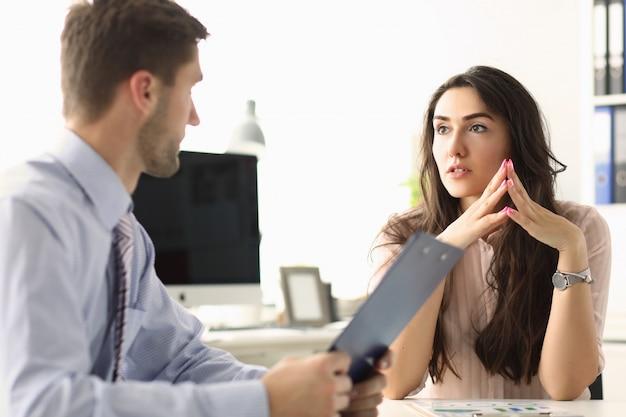 Homme et femme parlent de rapport financier