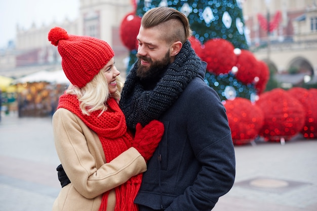 Homme et femme sur la place du marché
