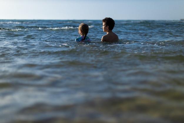Homme et femme sur la plage au coucher du soleil