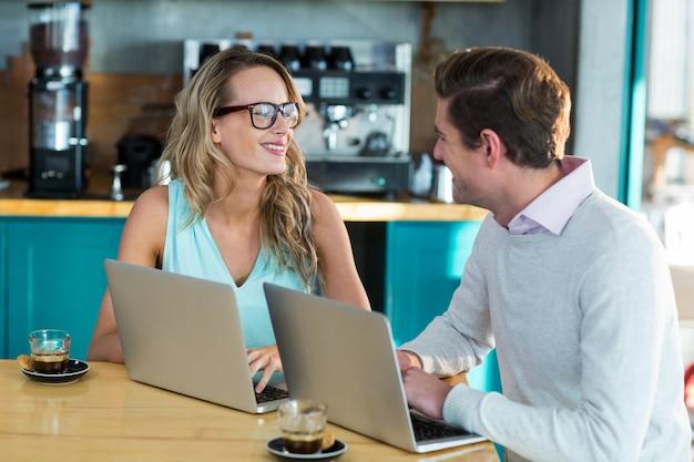 Homme femme, portable utilisation, pendant, réunion